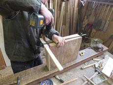 時代箪笥の引出の前板接合で木クギを打つための下穴をあけています。