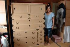 岐阜市より修理依頼の桐たんすを納品し喜びの笑顔です。