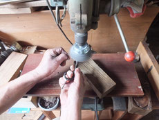 鎌倉市より修理依頼の時代箪笥の金物を磨いています。梅雨時で順番に狂いが出ています。