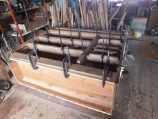 時代箪笥の胴縁、棚板に新しい板を貼り表面の作り直しをします。