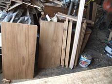 水屋戸棚のを分解し、汚れを落し木地を出した側板と柱と作り直した敷き道です。