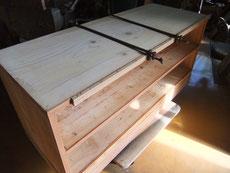 板と板の接合部が長い年月で剥がれます。それをつなぎます。