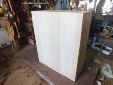 時代箪笥の台輪が虫食いと割れの為、作り直し裏板は桐に張り替えました。