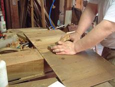 汚くなった棚、天井板をカンナで削ります。