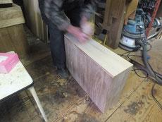鉋がけの終わった前面にカルカヤをかけ柾目を引き立てます。