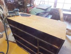 兵庫県より修理依頼の時代箪笥の本体塗膜剥がしに入りました。
