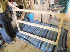水屋戸棚を分解し木地を出し色を塗れる状態にしました。そして組み直し柿渋、漆を塗っていきます。