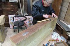 広島県より修理以来の桐箪笥の金物を外しました。
