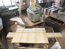 桐箪笥引き戸の板戸を自動鉋で削り貼り付けました。