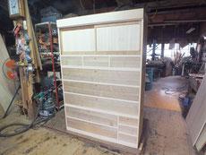 本体、引出の鉋がけをして木地を出しました。戸板も作成しました。