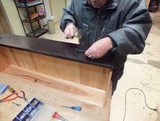引出前板には新しい桐が貼ってあるので穴あけが必要です。