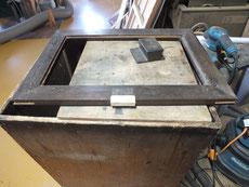 箪笥金物を打つため左右に堀込を彫り木を埋め新たな穴を掘り金物を打ちます。