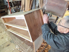 桐たんすの本体のカンナにて削りつけをします。前桐のため側は固く削りにくいです。
