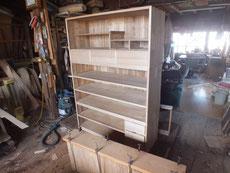 桐箪笥全面に新しい桐柾板を貼りもう少しで色付け工程に移れます。