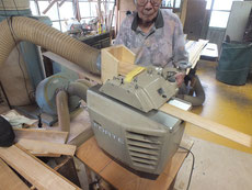 削った鉋屑が多くなるため削り口にダクトを作り集塵機に収まりました。