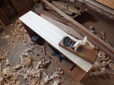 これより荒木面を鉋がけにて表面を整え砥の粉ヤシャ仕上げに備えます。