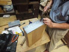 引出前部に角金物が全て打て有ります。仕舞い込みに邪魔にならない様に彫り込んで打ちます。