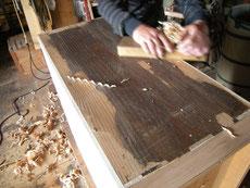 裏板の貼替、胴縁の貼替を終え本体削りです。