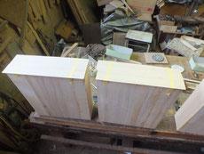 桐たんすの引出全面に厚みの揃えた柾板を貼り付けます。