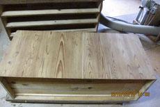 裏板の割れに埋木修理をしてサンダーで汚れ取りをしました。