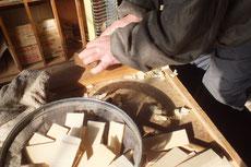 ヒバ材の塊を釘のサイズに分け鉋をかけ先端を作ります。