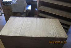 固め直した底板の割れに埋め木をして割れ修理をしました。