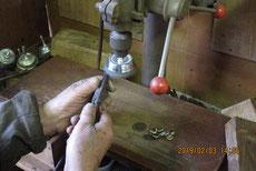 箪笥の金物をボール盤で磨き塗装の準備をします。