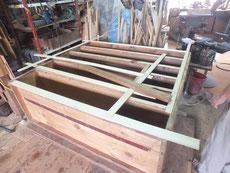 接地面を作った所に新しい板を木取り振り分けています。