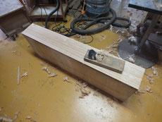 引出のノコギリ目を削り取り、仕上げ鉋で表面を整えます。