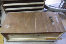 桐箪笥の裏板が割れている為、埋め木をして修理します。