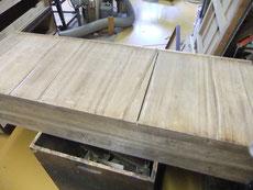 引出底板の隙間は桐にて埋め木修理をします。
