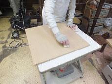 桐箪笥開き戸のロウ磨きです。この箪笥は新しいタイプなのでロウ磨きが楽です。