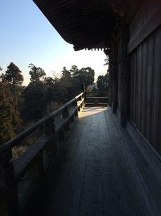 朝の陽ざしと澄んだ空気、木魚の音が下界に響き渡ります。