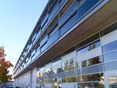 Fischer Metallbau GmbH Laubengang mit farbigen Glaselementen