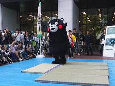 資材展示会 くまモンが畳をアピール
