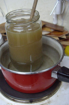 Préparation de la colle d'os pour le cuir bouilli