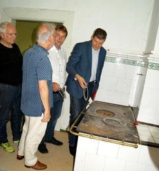 Die Räume der leer stehenden Wohnung sollen für Ausstellungszwecke saniert werden. Der alte Kohleofen bleibt natürlich im originalen Zustand