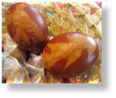 Ostereier mit Zwiebelschale gefärbt
