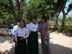 Lehrerinnen mit einer Vertreterin von PASDB.