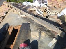 棟部の修理で雨漏りをせきとめます。