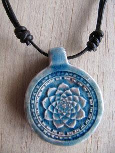 Cordón de cuero ajustable teñido marrón con colgante de cerámica con flor de loto