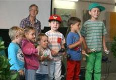W. Gysel mit musizierenden Kindern