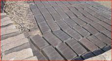 Les briques moulées par cinq sèchent 2 à 3 jours avant cuisson.