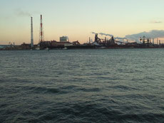 12.04 先月からすこしずつ運転を練習中。名古屋港のどこだったか埠頭。工場萌えな男子がかっこいい一眼を持って撮影にきてました。わたしも工場やJCTなどの構造物写真、好きです♡