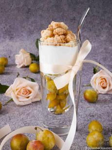 Mirabellen mit griechischem Joghurt und frisch gebackenen Streuseln