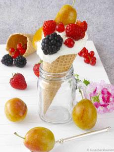 Eiswaffel mit Früchten und Quark