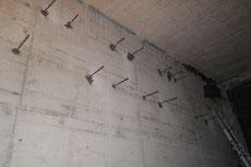 Die in der Wand befestigten Moniereisen.