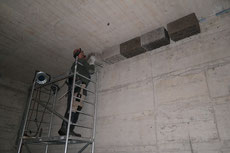 Dann wurden die Steine auf die Stangen gelegt und an der Wand festgeklebt.