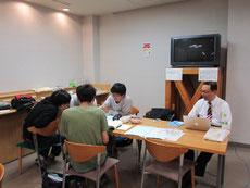 高知工科大のオフィス。  立花専務の横で学生委員の皆さんが勉強していました