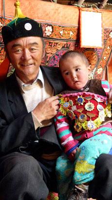 Aiglier Kazakh mongol avec son fils à Tsengel